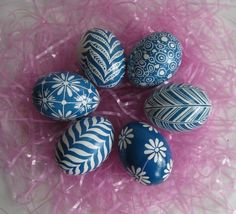 Do you collect blue and white pottery or china? These Easter eggs would be perfect to display among blue and white china in an open faced cupboard.