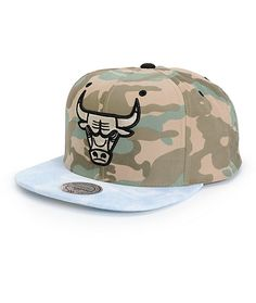 Finish off your game day look with effortless style in this camo print snapback hat that features a Chicago Bulls logo embroidery and contrast acid wash bill.
