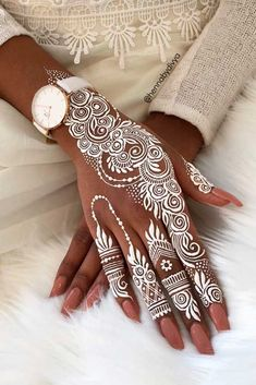 If you are looking for bridal mehndi designs for your wedding, then check out these top 30 mehandi images for some inspiration. Right from a simple mehndi design to an elaborate bridal henna design, you'll find it in here! Mehndi Tattoo, Henna Tattoos, Henna Tattoo Muster, White Henna Tattoo, Henna Mehndi, Underboob Tattoo, Black Henna, Thigh Tattoos, Mehendi