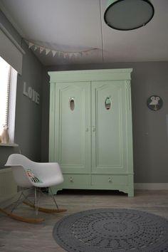Gehaakt vloerkleed in de kleur zilvergrijs en is te bestellen op www.poefenzo.nl Vintage Wardrobe, Blue Walls, Kidsroom, Bedroom Inspo, Kids House, Ideal Home, Decoration, Baby Room, Painted Furniture