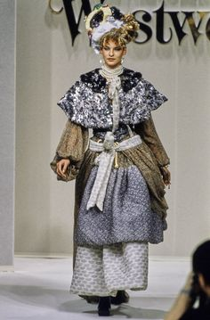Andreas Kronthaler for Vivienne Westwood Fall 1994 Ready-to-Wear Fashion Show - Linda Evangelista