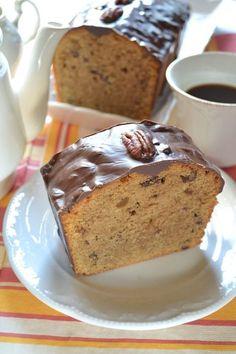 Ecco un dolce perfetto per le colazioni infrasettimanali, un concentrato di energia e sprint. Il caffè e il cioccolato ricaricano anche i più dormiglioni, le noci croccanti e l'impasto morbidissimo coccolano e mettono di buon umore… il problema sarà poi lasciare il tavolo!