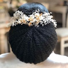 The key to fixing a lack of definition and poofiness in wavy hair is by encouraging clumping. Learn this phrase: Squish & Condish. Black Brides Hairstyles, African Wedding Hairstyles, Natural Wedding Hairstyles, Afro Hairstyles, Bride Hairstyles, Bridal Hair Inspiration, Natural Hair Inspiration, Natural Hair Wedding, Natural Hair Brides