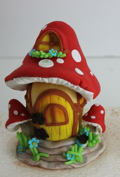 cute mushroom fairy house made from polymer clay Polymer Clay Fairy, Fimo Clay, Polymer Clay Projects, Mushroom Cake, Mushroom House, Clay Fairy House, Fairy Houses, Gnome House, Smurf House