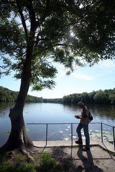 """Les étangs de Comelles sont créés au cours du 13ème siècle par des moines pour être utilisés comme viviers à poissons, au cœur de la forêt de Chantilly. Au 18ème, le prince de Condé transforme un relais de chasse en folie néogothique baptisée """"château de la Reine Blanche"""". Dès le début de l'époque romantique, ce site est très fréquenté par les artistes, et dés le 19ème, avec l'arrivée du train, les pêcheurs prennent l'habitude de venir y remplir leurs musettes et les familles de s'y…"""
