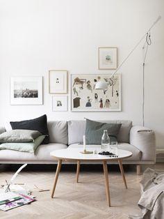 vardagsrum tavelvägg grå soffa snygg vägglampa hemma hos petra bindel