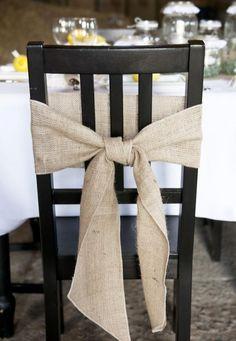 Laço de juta. Pensar em algo assim com flores naturais (ou heras) para as cadeiras dos noivos
