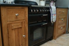 Oak units with classic cooker, not too sure about the oven gloves!