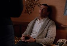 Les meilleurs looks de Don Draper dans Mad Men Don Draper, Mad Men, Costume Gris, Jon Hamm, Gq Magazine, Cable Knit Cardigan, The Smoke, Fall Sweaters, Man Photo