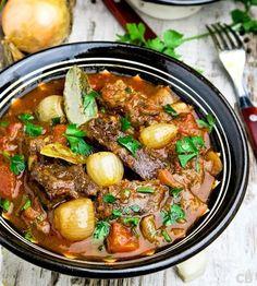 Stifado, een kruidige Griekse runderstoofpot met tomaat en zilveruitjes