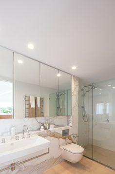Salle d'eau et toilettes en marbre blanc et au design classe