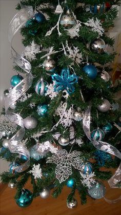 Arvore de natal em tons de azul, branco e prata.