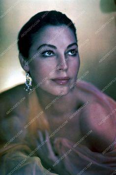 beautiful Ava Gardner portrait 35m-4271