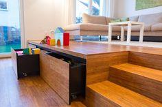 Das Podest bietet reichlich Stauraum, der derzeit vor allem für Kinderspielzeug genutzt wird.