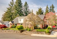 redheaded_re1950s #craftsman #duplex in #VanWA #forsale Lincoln Neighborhood Main house with 2,238 sq ft and second unit 1,738 sq ft PLUS full basement on both sides, partially finished. $620k Call to see now 360.904.8497 #livingroom