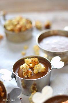 Schoko-Mousse-Pudding mit Karamell-Popcorn und Toffee-Sauce | Das Knusperstübchen