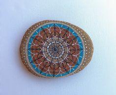 He encontrado este interesante anuncio de Etsy en https://www.etsy.com/es/listing/226054326/mandala-hand-painted-stone-pebble