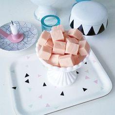 Första julgodiset gjort. Tomtefudge!  12 skumtomtar 150 g vit choklad 50 g smör 2 dl socker 1dl grädde  Smält samman smör, socker och grädde på svag värme. Sockret ska lösas upp. Klipp sen…