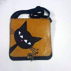 Positive Vibes Bay Kedi Deri Çanta çantamız tamamen gerçek deri ile üretilmiştir.ebatları, 21*23 cm dir ve çift gözlüdür.. 226559