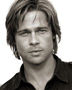 Brad Pitt ~ Brad may be famous for his good looks, but his cute face didn't come in handy for one of his first jobs. He used to dress up as the mascot for El Pollo Loco when he was still a struggling actor. Yep, Brad Pitt did the crazy chicken. Brad Pitt And Angelina Jolie, Jolie Pitt, Brad Pitt Hair, Wow Photo, Actrices Hollywood, Willie Nelson, Foto Art, Good Looking Men, Jennifer Aniston