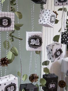 Adventskalender aus DIY-Geschenkpapier in Schwarz-Weiß, Stempeln und Bäckergarn I Advent calendar with homemade wrapping paper in black-and-white, stamps and bakers twine // GARN & MEHR