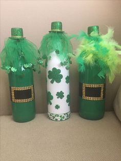 Looking for some Wine Bottle DIY ideas? What about some St. Explore loads of brilliant Wine bottle crafts & have fun. Glass Bottle Crafts, Wine Bottle Art, Painted Wine Bottles, Diy Bottle, Beer Bottle, St. Patrick's Day Diy, Wine Bottle Centerpieces, Party Centerpieces, St Patrick's Day Decorations