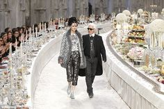 British model Stella Tennant accompanies designer Karl Lagerfeld to mark the end of the show. Look at those tables laden with food. Hard to believe there are people starving in the world. Chanel Logo, Coco Chanel, Chanel Paris, Stella Tennant, Karl Lagerfeld, Party Fashion, Runway Fashion, Fashion Beauty, Women's Fashion
