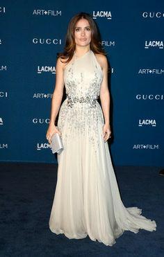 LACMA 2013 Art Film Gala Salma Hayek. con un vestido beis con detalles plateados y cinturón con flores en color plata, de Gucci.