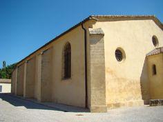 Façade cachée, à l'intérieur du cimetière, de Saint-Pierre de Jouques.