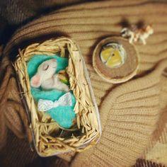 «Кому доброе утро...а кому сладких снов..  #woolmouse  #feltgifts #gifts #feltmouse #mouse #wooltoys #handmadetoys #felt #мышкаизвойлока #мышка…»