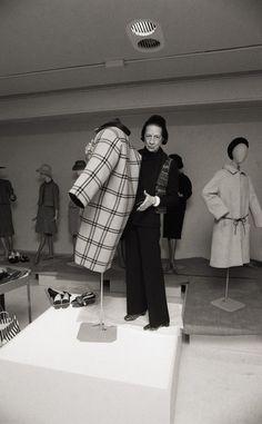 Diana Vreeland, mítica editora de Vogue USA, examina un abrigo del modisto español el 22 de marzo de 1973.