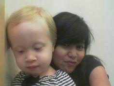 @Dhewhiteblader: foto bareng anaknya bule emang #BikinHidupSehidupnya