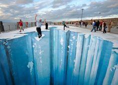 Una ilusión óptica simula un precipicio en el pavimento del muelle de Dún Laoghaire, Irlanda · Revista National Geographic · Visiones de la tierra