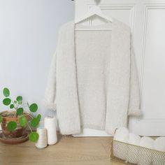 Hello les filles! Les beaux jours arrivent, je vous propose donc de tricoter le gilet ESMÉE: plus léger, une coupe plus près du corps et ... Laine Drops, Knitwear, Knit Crochet, Dressing, Deco, Sewing, Knitting, Sweaters, Cardigans