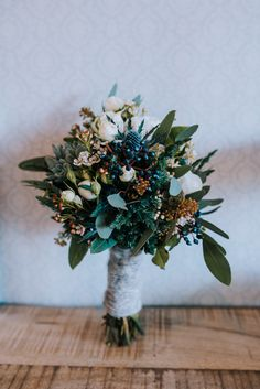 Ein winterlicher Brautstrauß mit Disteln und Sukkulenten <3