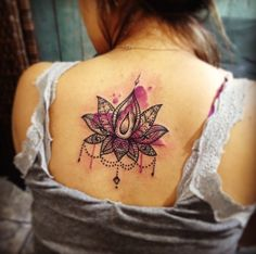 tattoo maravilhosa de flor de lotus <3 Amei o efeito watercolor no fundo