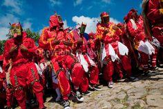 El disfraz de los diablos es el mas recargado de todos visualmente. Es de color rojo intenso y al ver toda la comparsa junta se forma una combinación de atuendos muy variados entre si para representar la diversidad del disfraz.