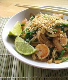 Disfute de este platillo tailandés con fideos de arroz, pollo y camarones.