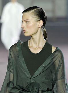 Les différentes façons de porter la ponytail repérées sur les shows : la queue de cheval wet du défilé Joseph