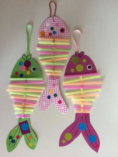 of April: the contortionist fish - Ananas - - avril : les poissons contorsionnistes of April: the contortionist fish Ocean Crafts, Fish Crafts, Diy And Crafts, Arts And Crafts, Paper Crafts, Beach Themed Crafts, Craft Activities, Preschool Crafts, Preschool Transportation Crafts