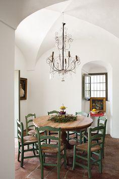 La mesa del comedor de diario estaba en la casa. Sillas del sur de Francia de La Europea y lámpara de alambre y cristal de Vox Populi. Vida nueva - AD España, © RICARDO LABOUGLE
