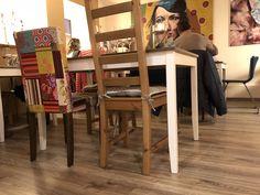 """Der """"Saustall"""" wird gern als Gruppenraum genutzt (Für 2 Gruppen möglich. Ingesamt für 23 Personen). Kräftige Bilder erzeugen eine Wohnzimmeratmosphäre."""
