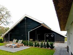 Houten poolhouse met overdekt terras bij buitenzwembad tuinhuis