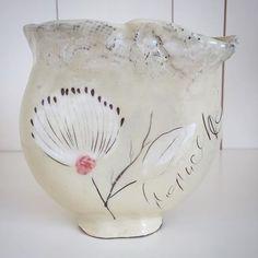 Kleine Vase  #schneeweissundrosenrotkeramik #doertherieskeramik #keramik #ceramic #ceramicdesign #pottery #clay #wheelthrown #sgrafitto #stoneware #visitkeramik #handmade #handgemacht #interior #creative #happy #blumenvase #vase #blooms #floral #flowers #blumen #dekoliebe #dekoration #craftwork #töpfern Pottery Clay, Floral Flowers, Creative, Serving Bowls, Stoneware, Tableware, Interior, Happy, Handmade