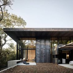 Located in Orinda, California, a three-bedroom house by architect Greg Faulkner took its first aesthetic cue from a large oak tree on the site. Cor-Ten steel panels clad the exterior, while white oak offers a material counterpoint on the interior. California Homes, Northern California, Orinda California, Clad Home, Weathering Steel, Three Bedroom House, Steel Panels, Steel House, Corten Steel