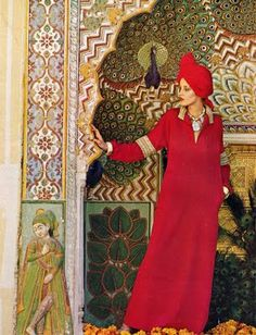 Jerry Hall for Vogue Summer Patterns, Photo by Steve Horn. desert-dreamer: Vogue 1975 (posing in front of the peacock door, city palace, jaipur. Jerry Hall, Patti Hansen, Lauren Hutton, Vogue Fashion, India Fashion, Biba Fashion, Morocco Fashion, Vogue Uk, Style Caftan