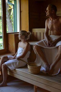 """""""Aufguss meine Damen, Aufguss meine Herren!"""" - nun heißt es sich in den wertvollen Saunagängen durch Dampf gesund schwitzen. #molzbachhof #hotelmolzbachhof #wellness #entspannung #kirchbergamwechsel #niederösterreich #sauna"""