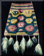 Textilería de la cultura TIAHUANACO Desgraciadamente no se ha conservado ninguna muestra de tejidos antiguos, perdidos a causa de las lluvias, frecuentes en el Altiplano. Los magníficos tapices y los mantos pintados, que se encontraron en las tumbas del litoral, deben pertenecer casi todos ellos a una fase tardía de la cultura Tiahuanaco.