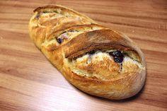 pão recheado com azeitonas. Azeitonas pretas têm um sabor acentuado e harmonizam bem com a levez…