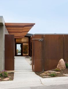 Corten steel in the landscape. Contemporary exterior by Laidlaw Schultz architects Architecture Design, Sustainable Architecture, Canopy Architecture, Mid Century Exterior, Design Exterior, Exterior Paint, Fence Design, Door Design, House Numbers